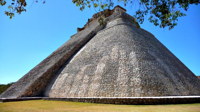 La Pirámide del Adivino es el templo más importante de Uxmal y el único con planta ovalada que se conoce en la arquitectura maya. La leyenda dice que en un enano hijo de una hechicera le apostó al entonces gobernador de Uxmal que él podía construir un edificio en una sola noche, a cambio de ser gobernador del pueblo. El enano cumplió con su palabra, y luego de edificar esta pirámide se proclamó gobernador de Uxmal.
