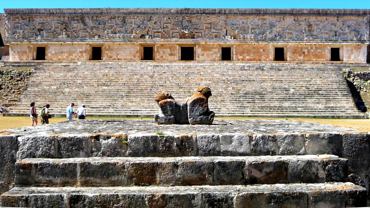 La plataforma de los jaguares. Se cree que era un altar ceremonial. La escultura del centro representa dos jaguares unidos por el pecho.