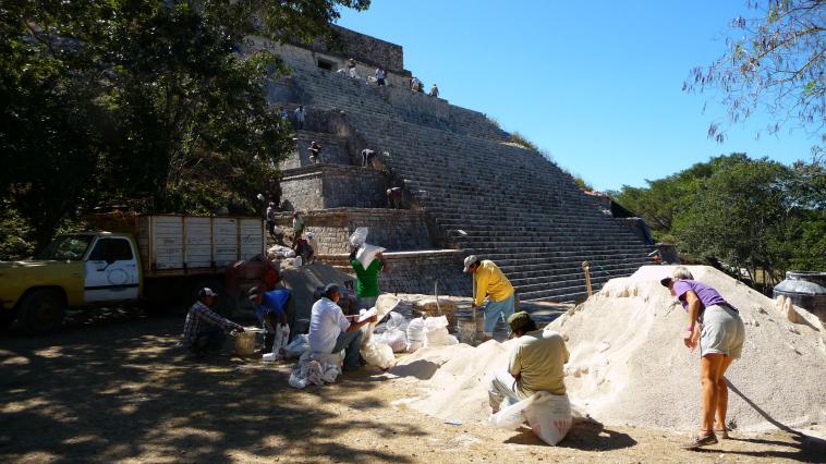 En Uxmal, algunas excavaciones todavía no fueron concluidas.