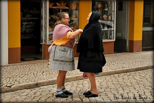 : - Oye, Aniko. ¿Te acuerdas de aquella vez que echamos dedo por el sur de Portugal? : - Pero claro, Laura. ¿Cómo no me voy a acordar? Aunque tu no llevabas las faldas tan cortas, eh!