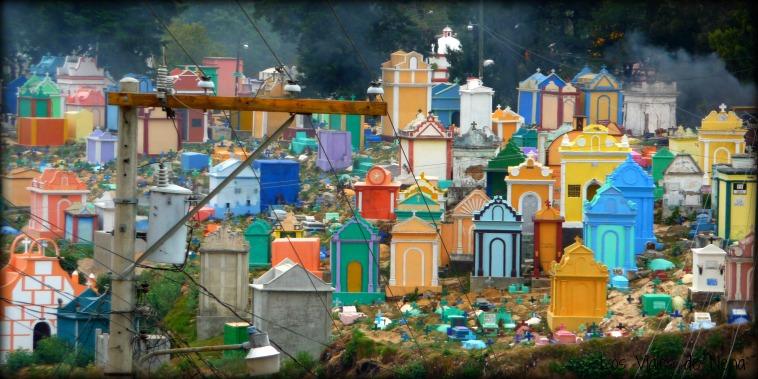 cementerio de chichicastenango, uno de los atractivos a la hora de viajar a Guatemala