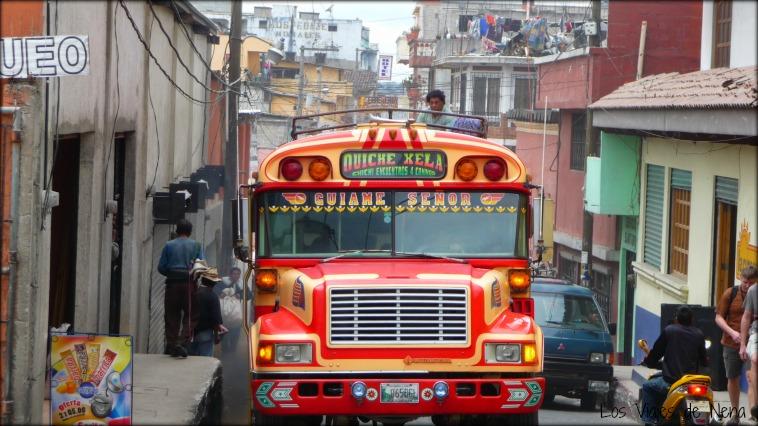 viajar a Guatemala implica, aunque sea una vez, viajar en chicken bus