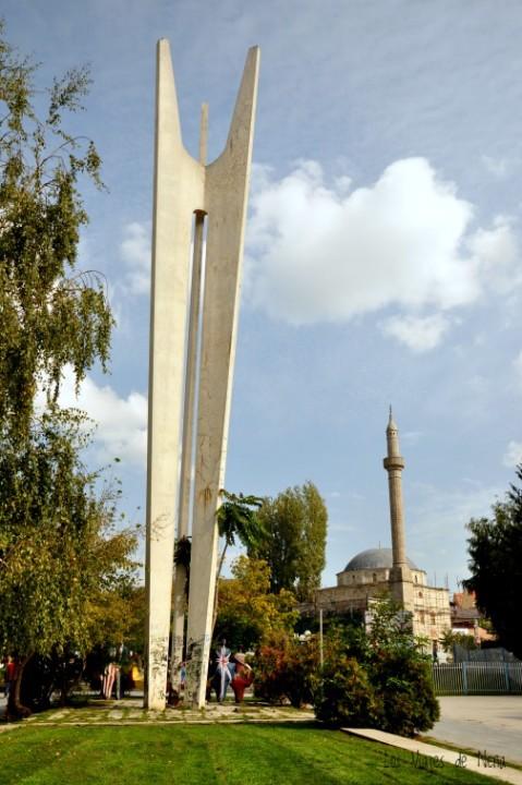 Y esta es la vista actual del monumento: todo resquebrajado y pinturrajeado. Un mamarracho.