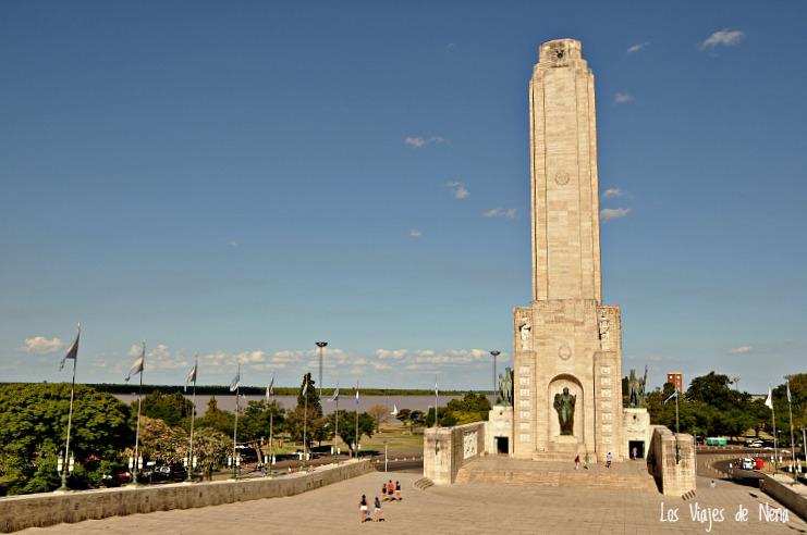 El Monumento a la Bandera es un clásico, y es uno de los lugares que más me gustan de la ciudad por su amplitus y su mirada al río. Lo mejor: subir para ver las panorámicas.