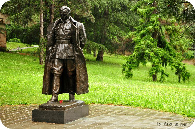 """Estatua de Josip Broz Tito en La Casa de las Flores, residencia que luego se volvió su mausoleo. """"Tito"""" no era su apellido como muchos piensan, era su apodo. Ese nombre que a muchos nos causó gracia en las clases de historia se deriva de los vocablos """"Ti"""" - """"tú"""", en serbio y """"To"""" - que quiere decir """"eso"""". Parece que en épocas de guerra, al señor se le daba fácil lo de dar órdenes, y de tanto mandar a unos y otros a hacer esto y aquello, le quedó Tito."""