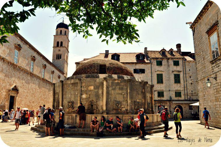 Esta es la fuente de Onofrio, construida en 1438. Como parte del sistema de suministro de agua a la ciudad, de la fuente vertía agua traída de una represa a 12 km. Fue dañand en el terremoto de 1667, y alcanzada por las bombas de 1991. Hoy es la primer postal que uno ve al atravesar la puerta Pile.