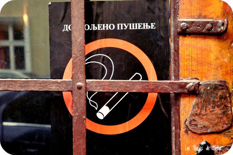 Fumar, algo que está permitido en todos los bares y restaurantes de Serbia.