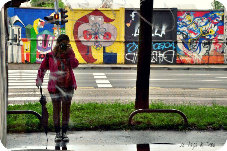 Y así, caminando, encontramos mucho arte callejero (la lluvia siempre presente, obvio, aunque no sé qué hago con un paraguas).