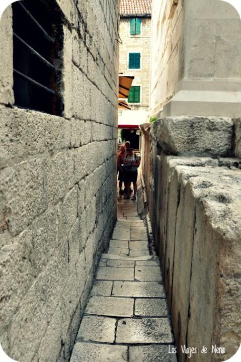 """Y llegamos hasta Pusti me proc o """"dejame pasar"""", que sería la calle más angosta de todo Split. Lo lindo es que al final del pasillo hay un mozo que con tal de que te sientes en su mesa, te dice los piropos más ocurrentes, y te alegran el día."""