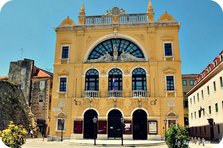 Empezamos por el Teatro Nacional. Me encantan los teatros, así que golpeamos la puerta a ver si podíamos pasar, pero no tuvimos suerte...