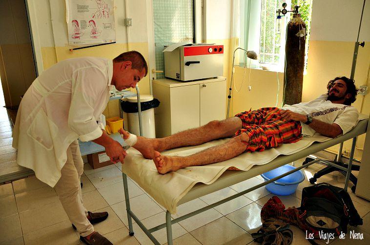 En Albania también se suponía que la salud era gratis, pero no nos dejaron ir hasta que no pusimos nuestra contribución (era eso, o que se le cayera el pie a Juan de la infección que tenía).