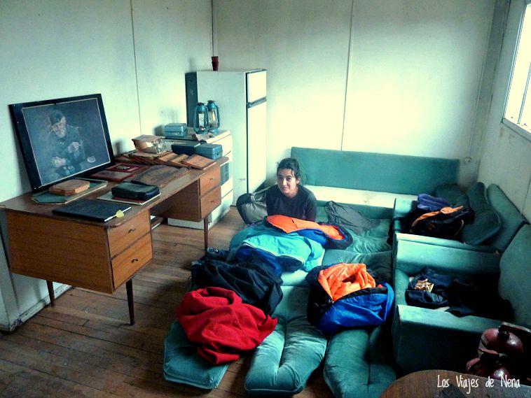 En San Sebastián, Chile, les pedimos a los Carabineros un lugar para acampar, y nos dejaron dormir en una de sus casas vacías.