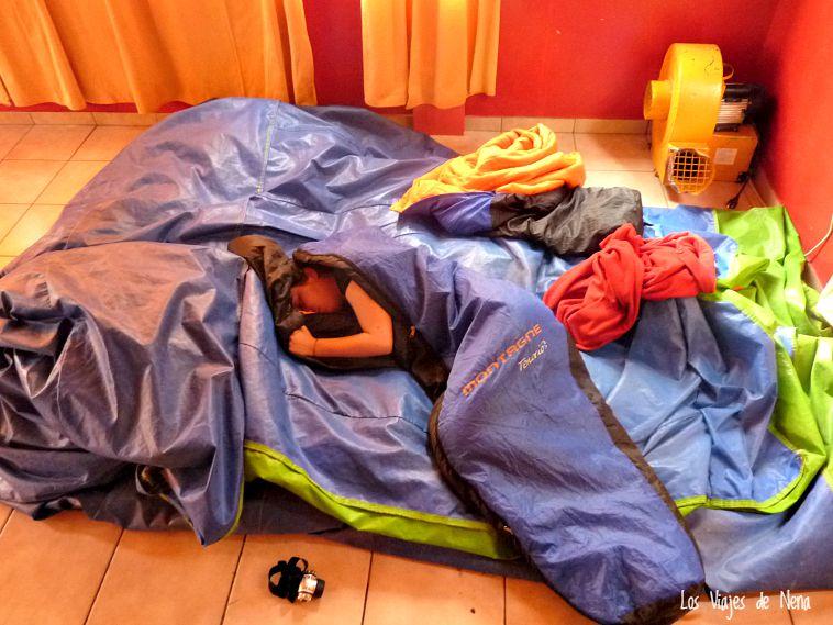 En Gobernador Gregores, Argentina, nos dejaron pasar la noche en un salón de fiestas infantiles. Acá estoy durmiendo en mi castillo (inflable, desinflado)