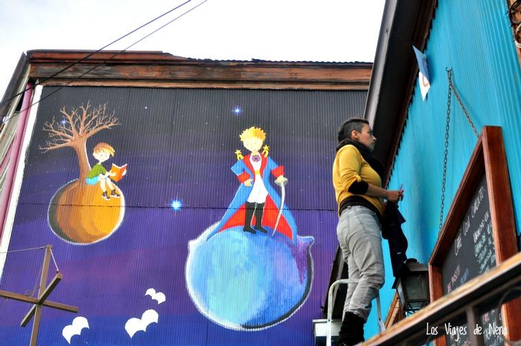 Artista pintando uno de los murales de Valparaíso