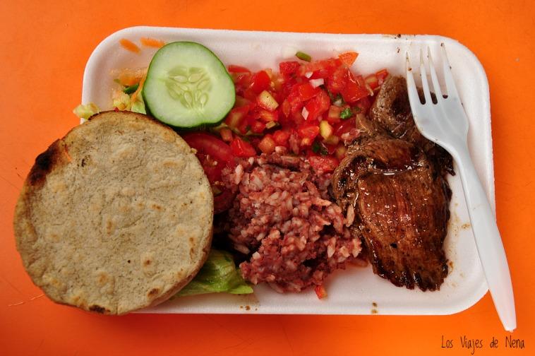 Esta comida callejera fue la más rica de todo el viaje. Almorzamos en Juayúa, en un puestito muy simple. U$D 3 y comimos: arroz con frijoles, carne (riquísima) ensalada de tomates con cilantro y ensalada de lechuga y zanahoria. Todo con las infaltables tortillas. Una delicia.