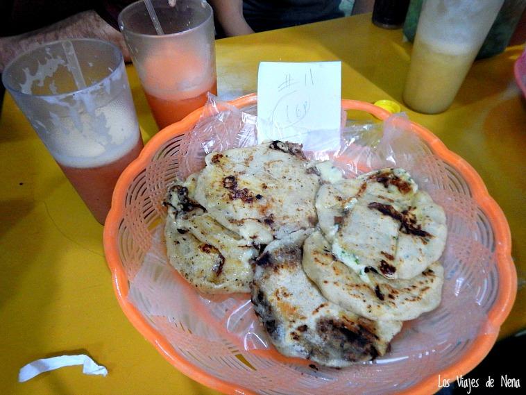 Orden de pupusas para compartir, uno de los clásicos al momento de viajar a El Salvador. Créanme que esto es una delicia.