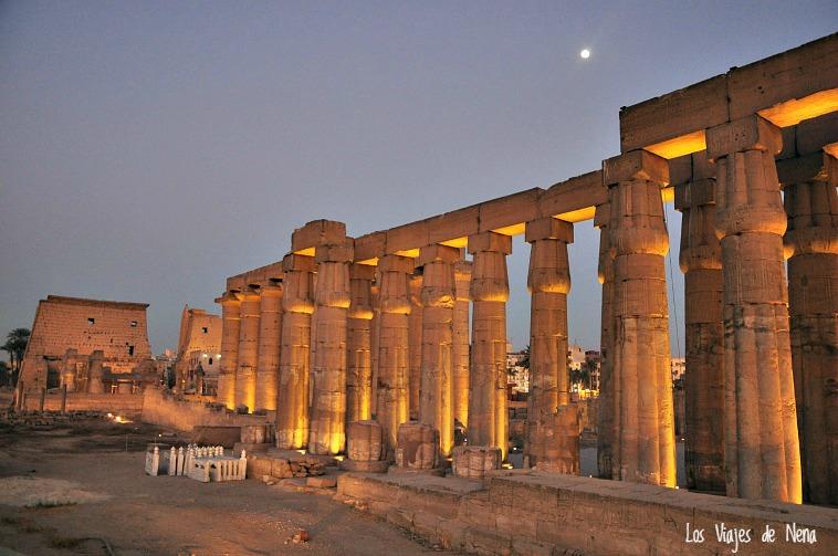 De noche la cosa se tranquiliza, y uno puede disfrutar de paisajes como este, uno de los templos de Luxor...