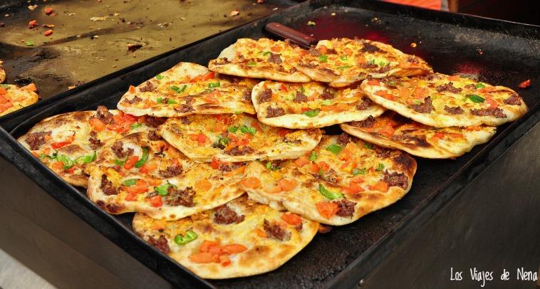 Esta falta pizza se llama ftera, y es la locura. Vale 2 L.E. y pueden pedirla con queso. Es comer, y comer, y comer...