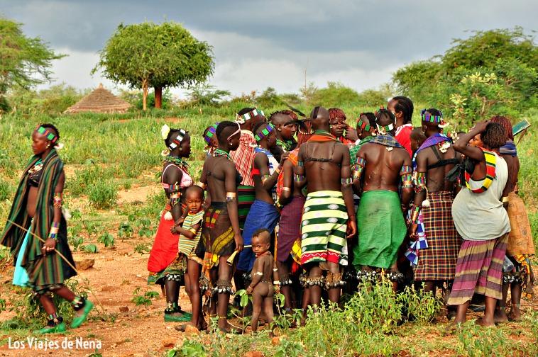 mujeres se reúnen previo a la ceremonia en el Valle del Omo