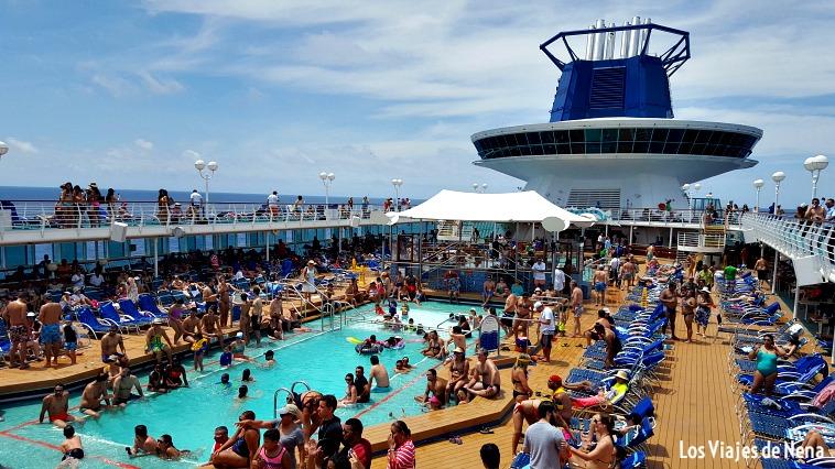 El deck con la piscina, una imagen típica de los cruceros por el caribe