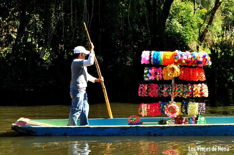 vendedor de corona de flores en xochimilco