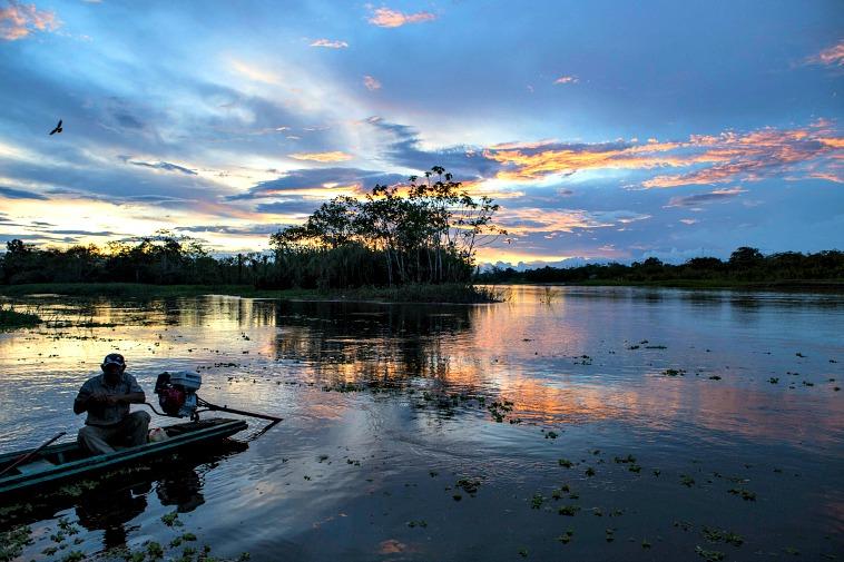 atardecer sobre el rio amazonas, en iquitos