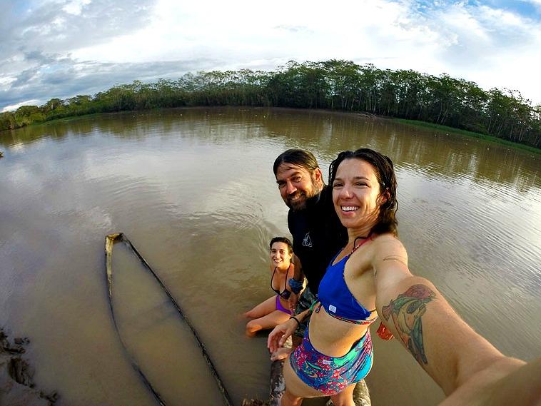 Bañarse en el Amazonas, algo que hay que hacer al viajar a Iquitos.