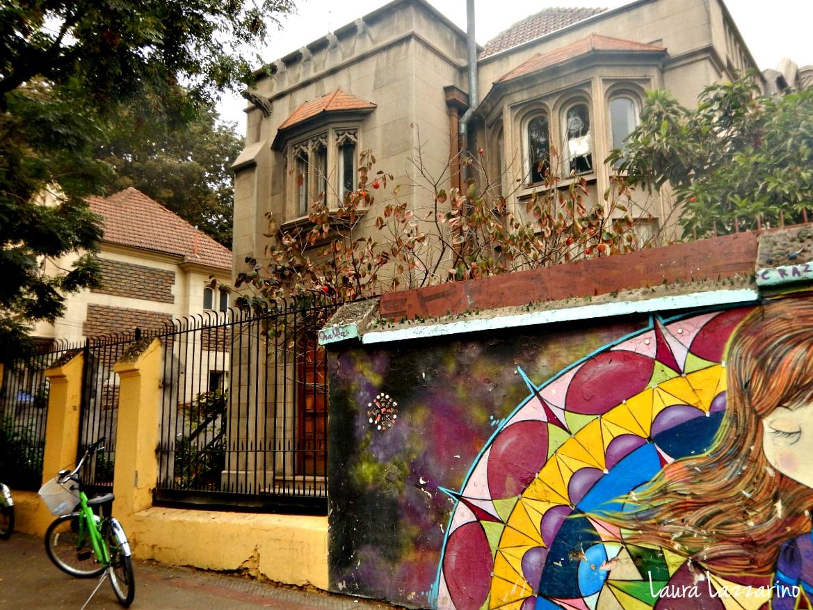 el barrio de Bellavista es un imperdible de Santiago. Recorrerlo en bici es la mejor opción.