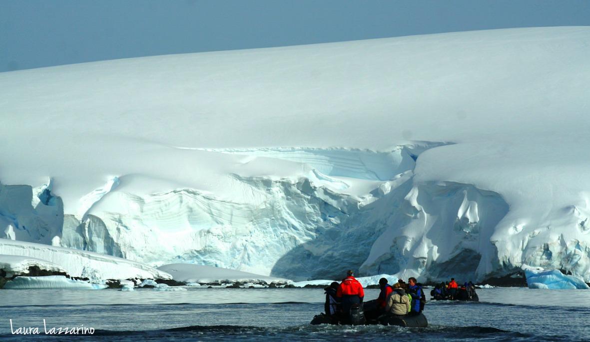 Dos zodiacs realizan navegaciones para pasajeros de un viaje a la Antártida.