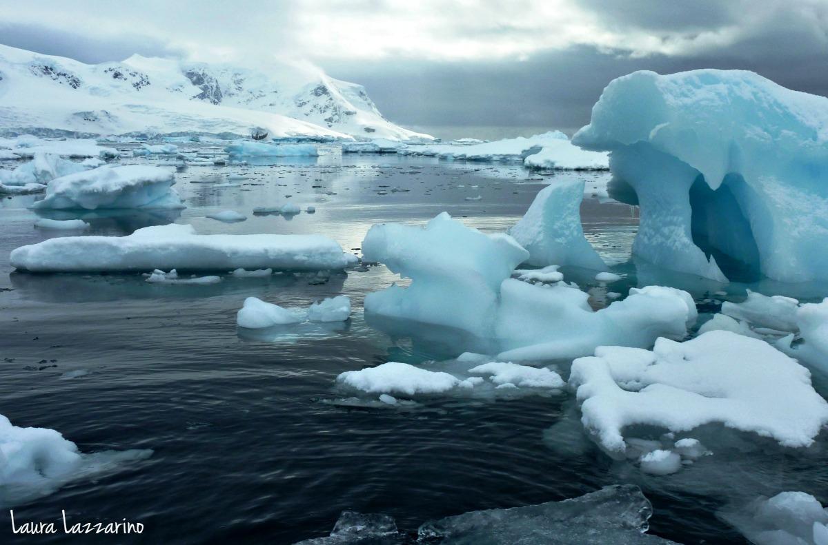 Hielo, mar y montaña nevada: un paisaje típico de Antártida.