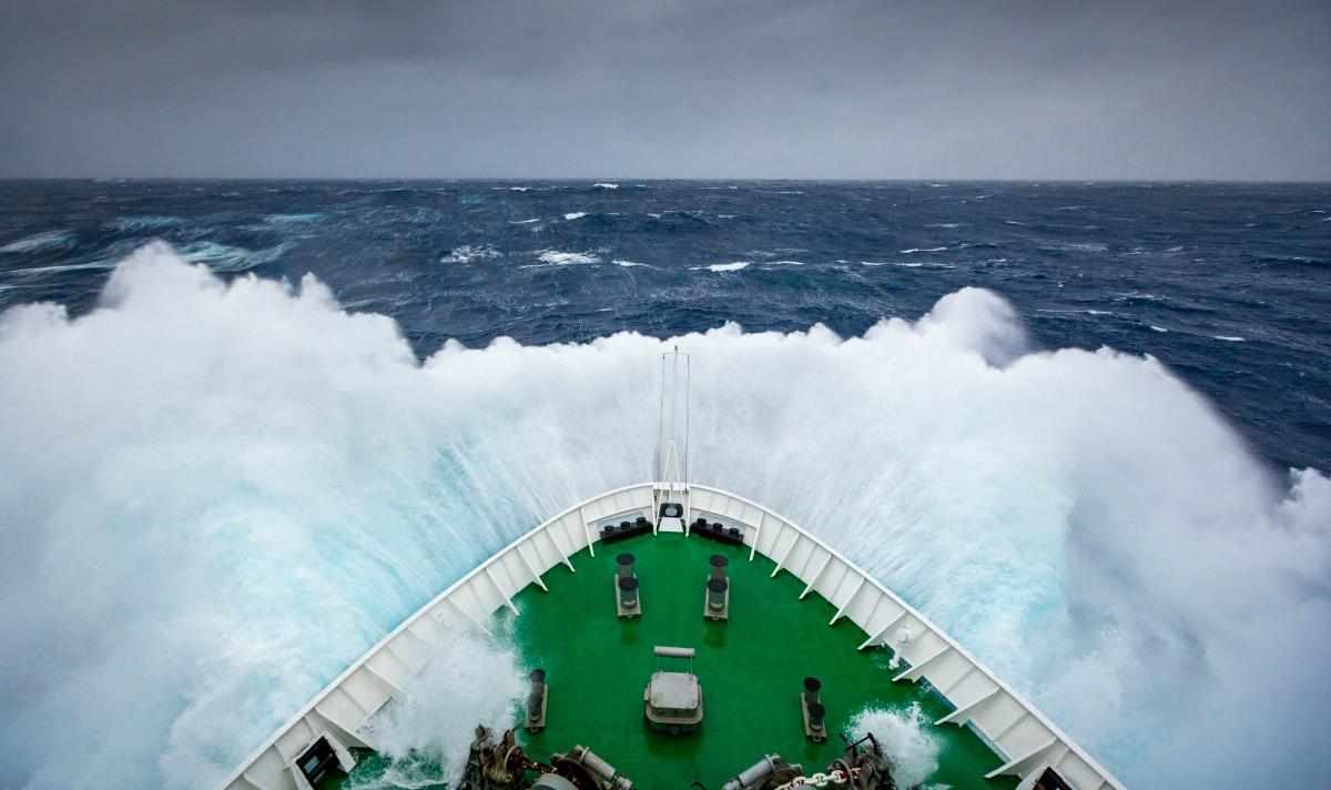 Foto de un barco cruzando el pasaje de Drake, con destino a Antártida.
