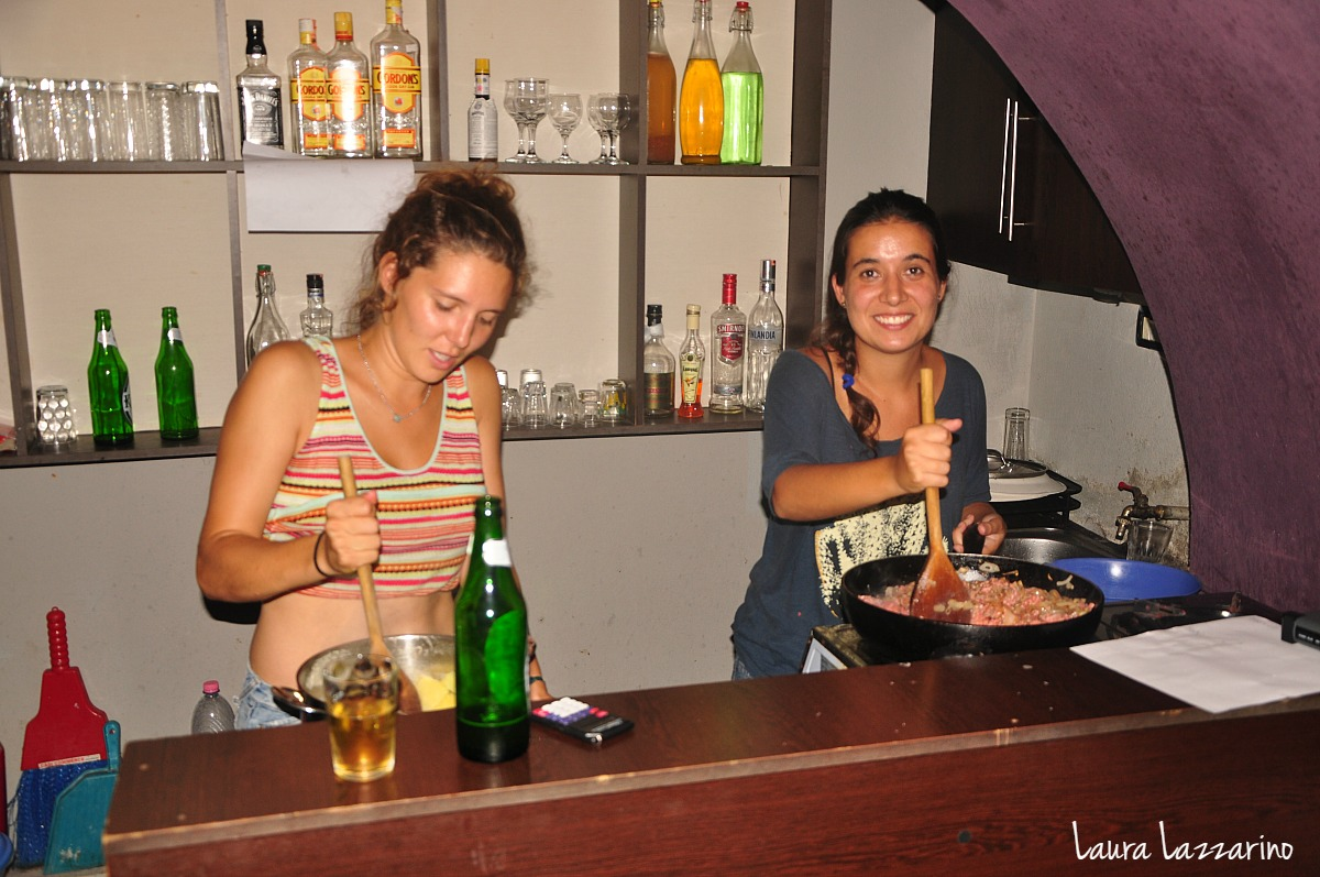 Trabajar de voluntario en un hostel sirve para ahorrar en alojamiento mientras se viaja.