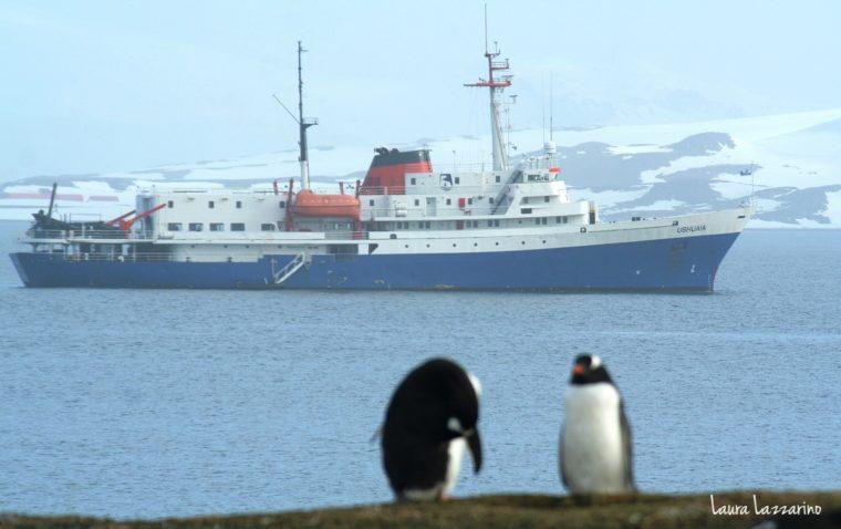 Vista de nuestro barco desde las Sheltand del Sur, primer parada.