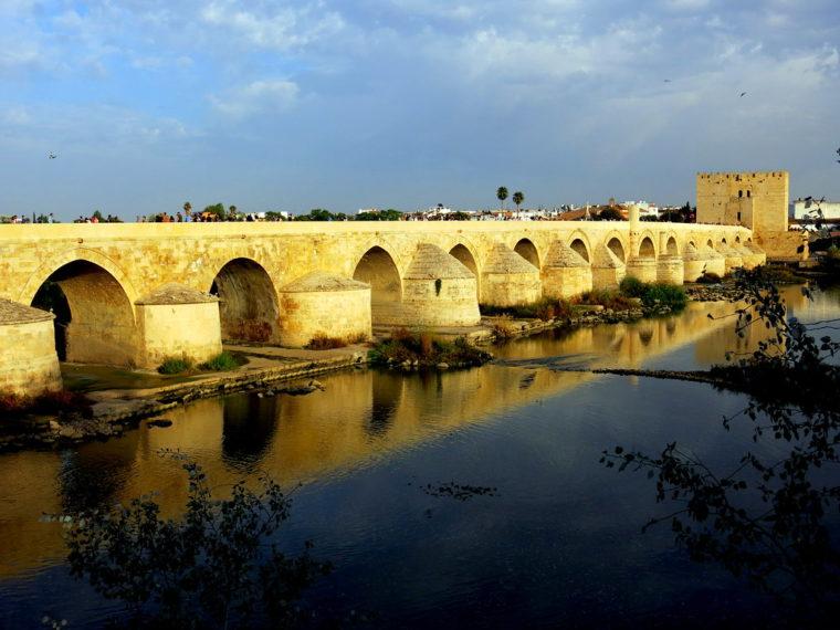 El puente romano era parte de laVía Augusta de Roma a Cádiz. Durante veinte siglos, fue el único puente de la ciudad.