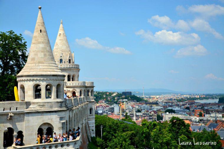 El Bastión de los pescadores tiene siete columnas que representan a las tribus magiares que fundaron el país. Las vistas desde allí son uno de los imperdibles de Budapest