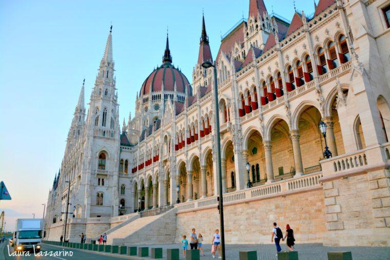 El Parlamento de la capital húngara es el tercero más grande el mundo, después del de Bucarest y el de Buenos Aires, lo que convierte en un imperdible de Budapest