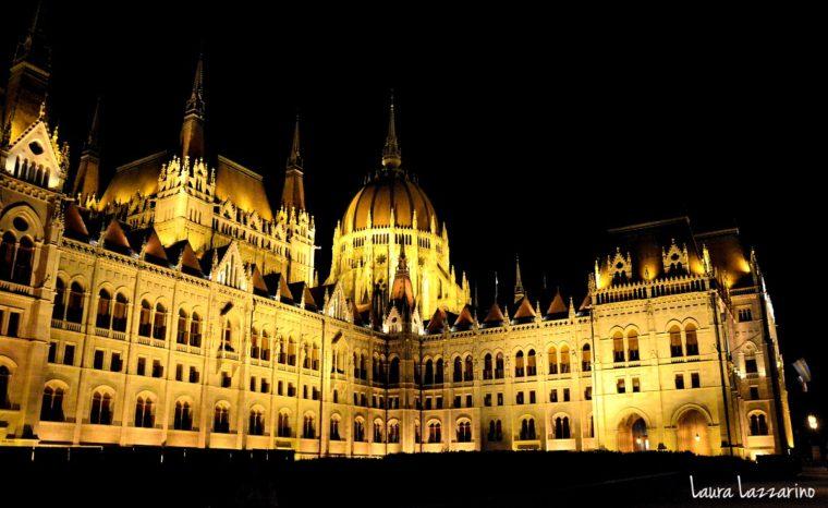 Así se ve de noche el Parlemento. la iluminación le da un contraste con la noche, realza su magnitud, y esta vista se vuelve otro de los imperdibles de Budapest.